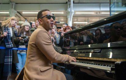 John Legend improvisa una actuación al piano en la estación Saint Pancras de Londres